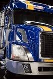 Grote installatie blauwe semi vrachtwagen met gele strook op cabine Royalty-vrije Stock Foto