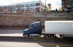 Grote installatie donkere moderne semi vrachtwagen die droge bestelwagen semi aanhangwagen vervoeren Royalty-vrije Stock Afbeeldingen