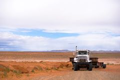 Grote installatie krachtige semi tractor met lange op zwaar werk berekende semi aanhangwagen royalty-vrije stock fotografie