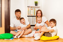 Grote jonge gelukkige familie thuis Royalty-vrije Stock Afbeelding