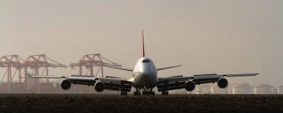 Grote jumbojet 747 op baan Stock Foto's