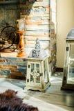 Grote kaarsen naast elegante open haard Witte lantaarn voor kaars Gesloten lantaarn voor kaars bij houten vloer Arabische stijl stock foto