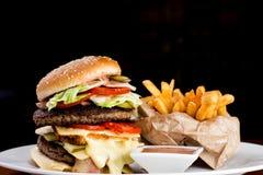 Grote Kaashamburger en Gebraden gerechten Stock Foto's