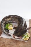 Grote katvis op houten lijst Stock Fotografie