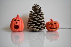 Grote kegel met twee oranje pompoenen, Halloween-decoratie op witte achtergrond royalty-vrije stock foto