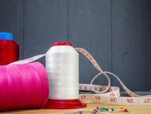 Grote kegels van draad voor het naaien en een meetlint stock fotografie