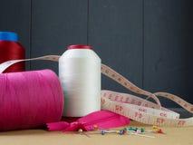 Grote kegels van draad voor het naaien en een meetlint stock foto's