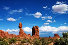 Grote kei evenwichtig in woestijn op dunne kolom van rots in Utah stock foto's