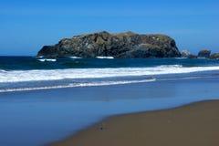 Grote kei van de kust bij het strand Royalty-vrije Stock Foto