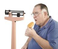 Grote kerel en doughnut die schaal bekijken Royalty-vrije Stock Foto
