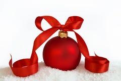 Grote Kerstmisbal met lint Royalty-vrije Stock Afbeelding