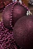 Grote Kerstmisballen en parels op een houten achtergrond Stock Afbeeldingen