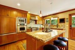 Grote keukenruimte met eiland Royalty-vrije Stock Fotografie