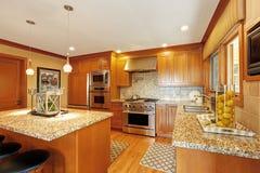 Grote keukenruimte met eiland Royalty-vrije Stock Afbeelding