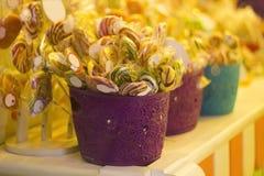 Grote keus van kleurrijk karamelsuikergoed in mand voor verkoop Royalty-vrije Stock Foto