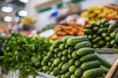 Grote keus van verse vruchten en groenten op markt royalty-vrije stock afbeeldingen