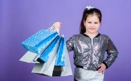 Grote keuzen Meisje met het winkelen zakken violette achtergrond Het winkelen en aankoop Zwarte vrijdag Verkoopkorting Het winkel stock foto's