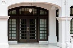 Grote klassieke luxe houten deur Stock Foto's