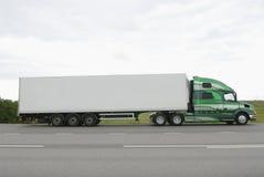 Grote klassieke vrachtwagen op weg Stock Foto's
