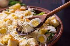 Grote kleischotel met smakelijke caesar salade met een houten lepel Royalty-vrije Stock Fotografie