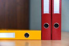 Grote kleurenomslagen voor documenten op de lijst in het bureau, close-up, exemplaarruimte stock afbeeldingen