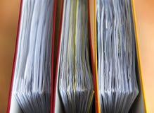 Grote kleurenomslagen voor documenten op de lijst in het bureau, close-up, exemplaarruimte stock fotografie