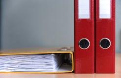 Grote kleurenomslagen voor documenten op de lijst in het bureau, close-up, exemplaarruimte royalty-vrije stock fotografie