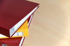 Grote kleurenomslagen voor documenten op de lijst in het bureau, close-up, exemplaarruimte stock afbeelding