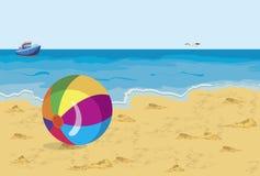 Grote kleurrijke bal op de het strandzeemeeuw en schip Royalty-vrije Stock Fotografie