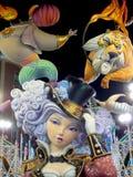 Grote kleurrijke reuzepapier-machécijfers bij nacht in Fallas-festival van Valencia Beeldhouwwerk van kleurrijke ninots Vrouw in  Stock Afbeeldingen