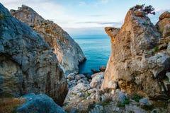 Grote klippen dichtbij overzees op kust Het beklimmen van concept stock foto