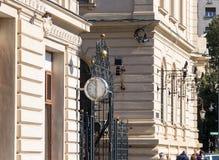 Grote klok met pijlen op de voorgevel van het gebouw in het Revolutievierkant in hoofdstad van Roemenië - Boekarest Royalty-vrije Stock Afbeeldingen