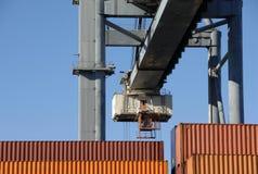 Grote kraan bewegende containers in de haven Royalty-vrije Stock Foto's