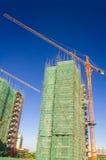 Grote kraan een gebouw in bouw Royalty-vrije Stock Afbeeldingen