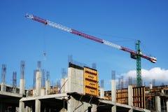 Grote kraan en de nieuwe bouw. Royalty-vrije Stock Foto's