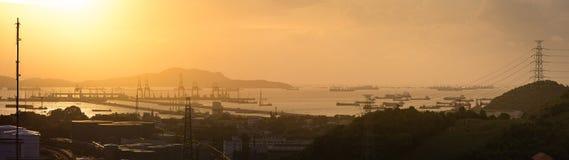 Grote kraan in verschepende haven in zonsondergangtijd Royalty-vrije Stock Fotografie