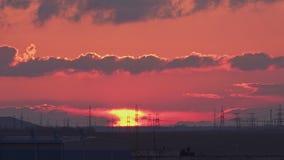 Grote krachtcentrale met reusachtige elektrische pylonen en verbazende zonsondergang stock video