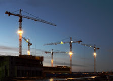 Grote kranen bij de bouw Stock Afbeeldingen