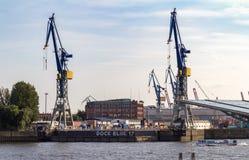 Grote kranen bij een dok in de haven van Hamburg royalty-vrije stock afbeelding