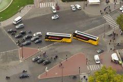 Grote kruising met auto's en bussen mening van de Toren van Eiffel in Parijs, Frankrijk royalty-vrije stock foto