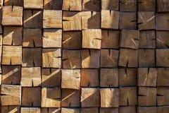 Grote kubussen van hout met knopen stock afbeeldingen