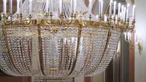 Grote lamp in paleis stock videobeelden