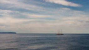 Grote lange varende boot op zee Mooi zeegezicht in Oostzee in de zomer royalty-vrije stock foto