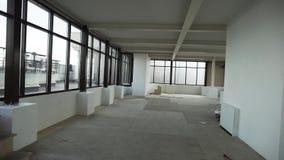 Grote lege flat met grote zwarte ontworpen vensters en wit muren en plafond stock videobeelden