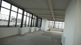 Grote lege flat met zwarte ontworpen vensters en wit muren en plafond stock footage
