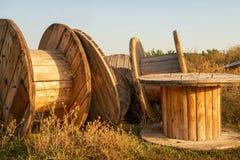 Grote lege houten kabelspoelen royalty-vrije stock foto's