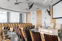 Grote lege moderne conferentiezaal in luxehotel Publiek voor Sprekers bij Bedrijfsovereenkomst en Presentatie foto stock afbeelding