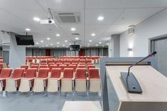 Grote lege moderne conferentiezaal in luxehotel Publiek voor Sprekers bij Bedrijfsovereenkomst en Presentatie foto royalty-vrije stock afbeeldingen