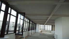 Grote lege ruimte met leuke zwarte ontworpen vensters en wit muren en plafond stock video