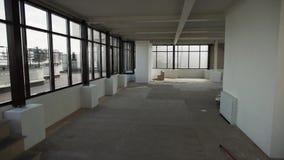 Grote lege ruimte met grote zwarte ontworpen vensters en wit muren en plafond stock video